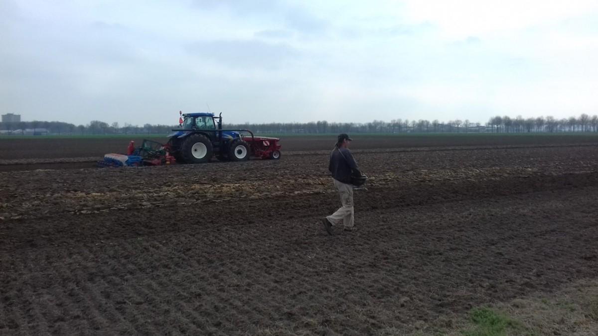 trekker-tractor-zwarte-kale-grond-man-inzaaien-lucht